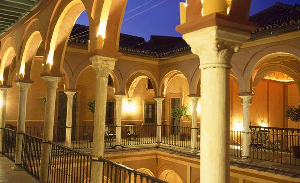 Alhambra on yksi Espanjan tärkeimmistä kulttuurinähtävyyksistä.