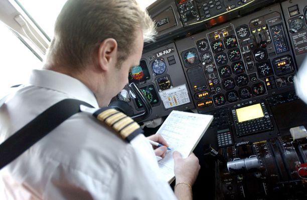 Suomalaisista 95 pronsenttia luottaa lentäjään paljon tai suuressa määrin.