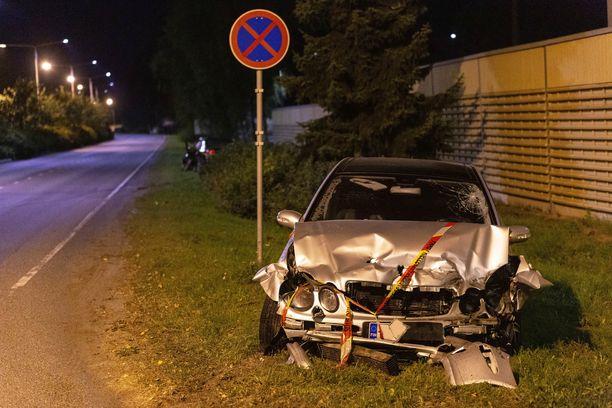 Kaksi autoa romuttui kelvottomaan kuntoon Kouvolassa sattuneessa kylkikolarissa.