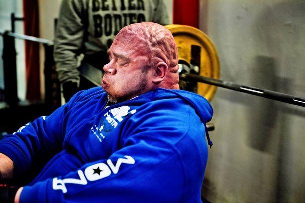 Tällaisista treenikuvista Bull tunnetaan. Lihakset tarvitsevat kovaa treeniä.