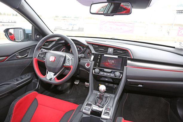 Type R -tunnelmaan kuuluvat punainen nahka ja punaiset koristenauhat.