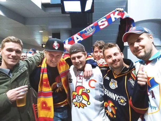 Atte Rajajärvi (keskellä valkoisessa paidassa) matkusti kahden kaverinsa kanssa Kouvolasta Pietariin kannustamaan Jokereita. Kuvaan hyökkäsi myös SKA:n faneja.
