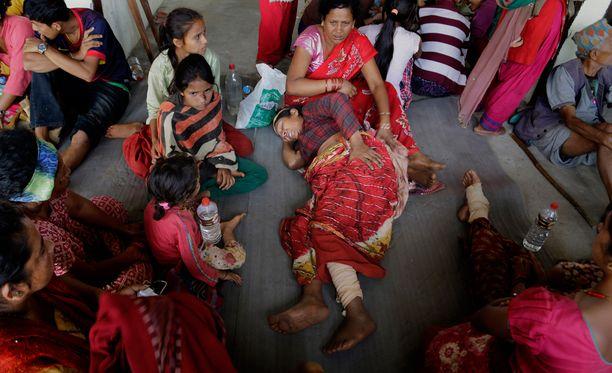 Loukkaantuneet nepalilaiset odottivat evakuoimista pahoin tuhoutuneessa Trishuli Bazarin kylässä.