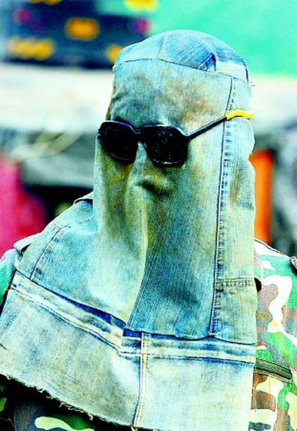 AINUTLAATUINEN Kiinalainen hitsari tekaisi farkkukankaasta itselleen suojamaskin Pekingissä. Tulta maski ei kyllä valitettavasti pidä loitolla.