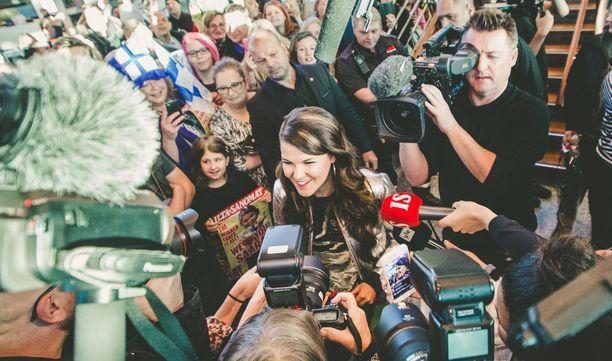 Valtaisa määrä faneja ja toimittajia oli Saara Aaltoa vastassa lentoasemalla, kun hän piipahti Helsingissä kaksi viikkoa sitten.