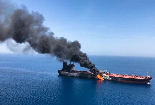 Öljytankkeri Front Altair syttyi tuleen Omaninlahdella torstaina.