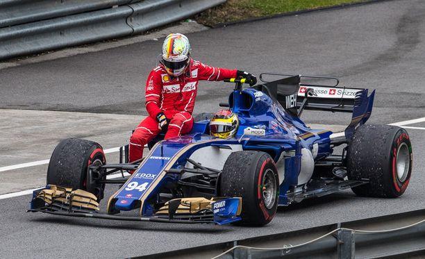 Sebastian Vettel otti autostaan ratin mukaansa ja hyppäsi Sauber-kyytiin.