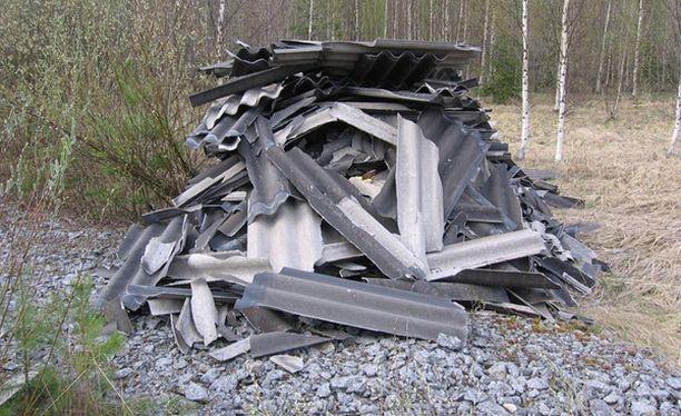 Mies ei ilmeisesti ymmärtänyt, että asbestia ei kannata kipata luontoon.