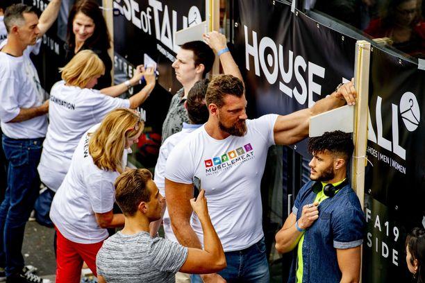 Utrechtissa Alankomaissa yritettiin toukokuussa 2019 rikkoa Guinnesin maailmanennätys isoimmasta pitkien ihmisten ryhmästä.