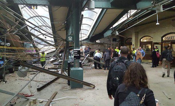Juna nousi ilmaan iskeydyttään radan päässä olleeseen pysäyttimeen. Osa kattorakenteista romahti.