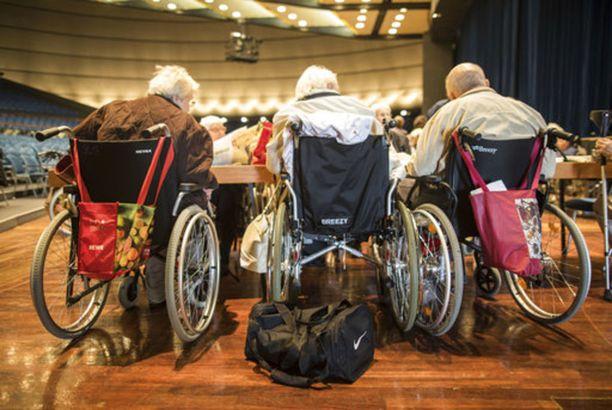 Joukko vanhainkodista evakuoituja ihmisiä vietti päivää Jahrhunderthalle-kongressikeskuksessa Frankfurtissa.