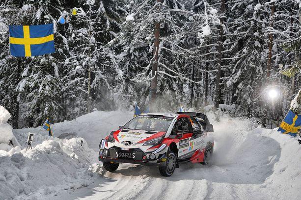 Esapekka Lappi ajoi Toyotansa lumipenkkaan perjantaina. Kuva torstailta.