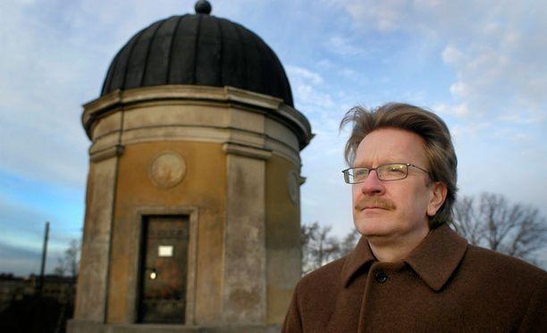 Helsingin yliopiston kosmologian professori Kari Enqvist muistuttaa, että suhteellisuusteorian oikeellisuus on valtavan monella tavoin testattu.