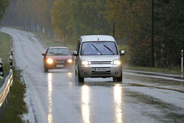 Etelässä on keskiviikkona jatkuvia sateita, kertoo Ilmatieteen laitos.