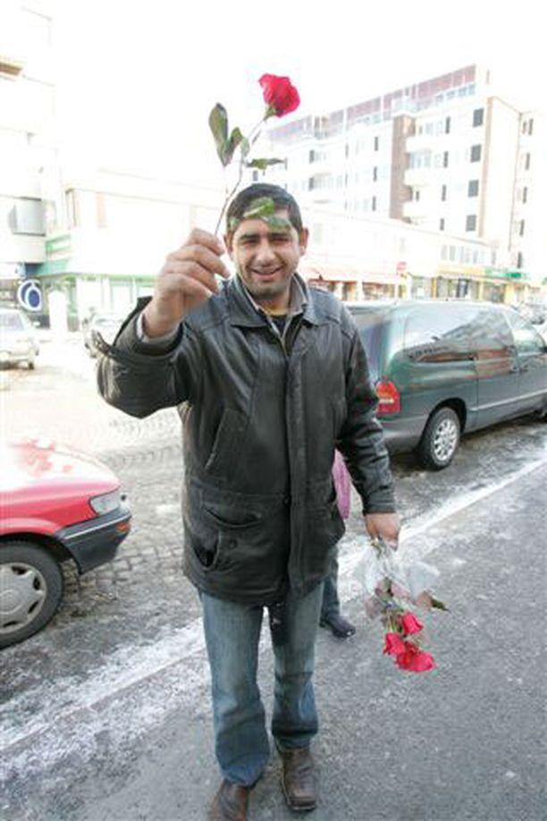 Ruusuja eurolla! Mies kauppasi ruusuja kovaäänisesti Oulun keskustassa.