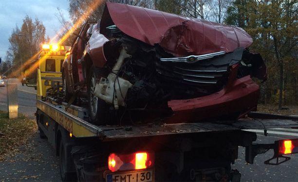 Kuvassa olevalla autolla 1980-luvulla syntynyt nainen ajoi kovalla vauhdilla päin puuta Vuosaaressa Helsingissä.