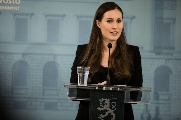 Pääministeri Marin korostaa, että hallitus edelleen haluaa estää viruksen leviämistä.
