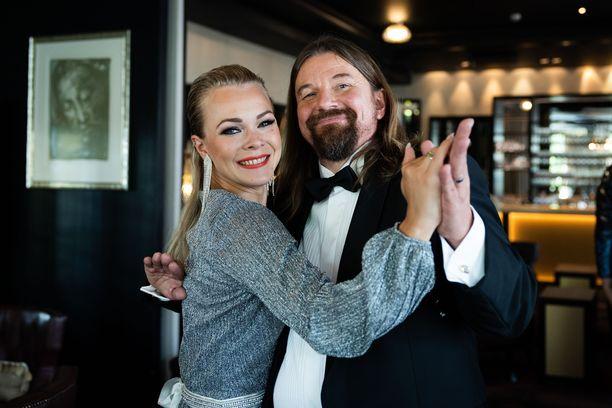 Kirkkoherra Kari Kanala lupaa tehdä tanssiparketilla parhaansa. Opettajanaan hänellä on Claudia Ketonen.