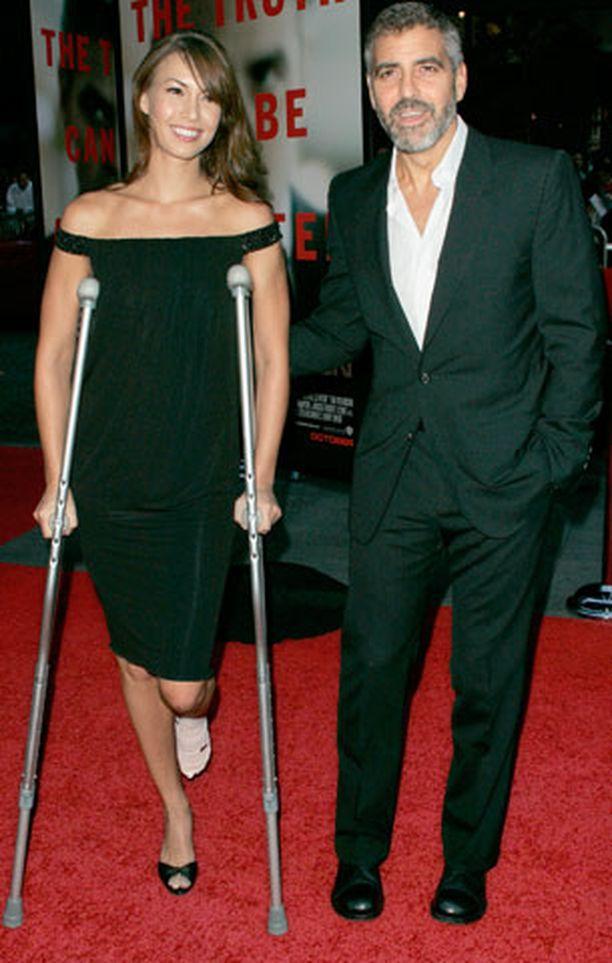 George Clooneyllä ja tyttöystävä Sarah Larsonilla oli onnea onnettomuudessa.