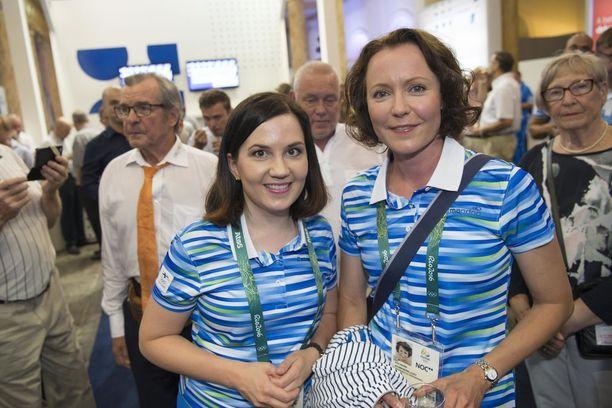 Mira Potkosta kannustamassa Riossa Sanni Grahn-Laasosen kanssa.
