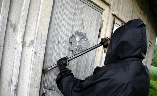 Miehet murtautuivat yksityisessä omistuksessa oleviin asuntoihin sekä liikekiinteistöihin. Kuva ei liity juttuun.