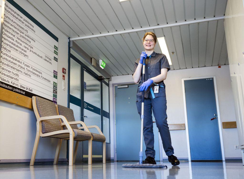 Iida Leppikoski painottaa, että siivoustyötäkin voi tehdä motivoituneesti ja oppia aina uutta.