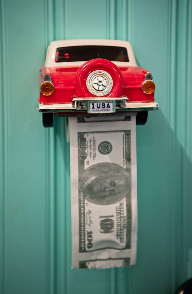 Vessapaperitelineen Tuulia löysi eBaysta. Dollaripaperi kuuluu asiaan.
