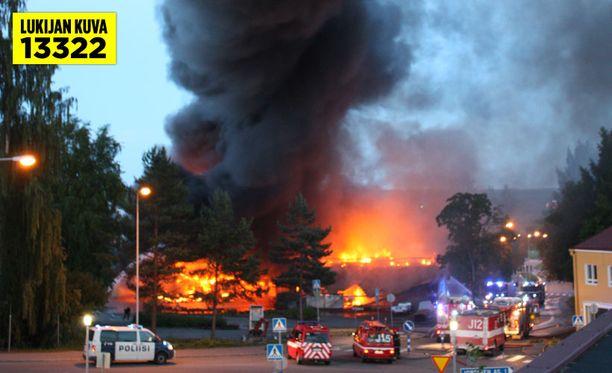 Kaasupullot räjähtelivät tulipalossa, josta nousi valtava savupatsas.
