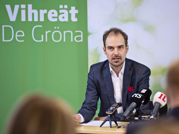 Vihreiden puoluesihteeri Lasse Miettinen sai kuulla puheenjohtaja Touko Aallon vetäytymisestä sivuun eilisiltana.