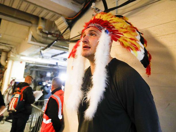 Jonne Virtanen ja intiaanipäähine.