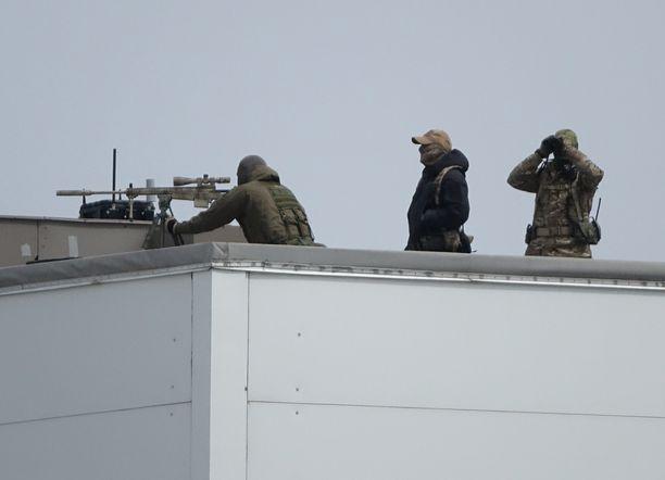 Turvatoimet neuvottelupaikalla Vladivostokissa olivat tiukat. Katoilla oli tarkka-ampujia.