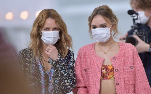 Tältä Johnny Deppin ex-rakas Vanessa Paradis näyttää nyt – kannusti parin tytärtä muotinäytöksessä