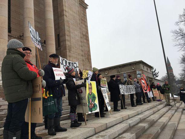 Eduskuntatalon rappusille oli kokoontunut kourallinen mielenosoittajia vastustamaan aktiivimallia. Sinikka Kuosmanen neljäs vasemmalta.