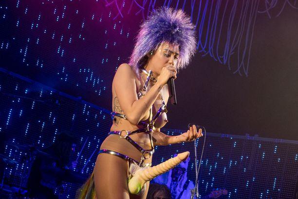 Mileylla on näyttäviä asusteita uudessa show'ssaan.