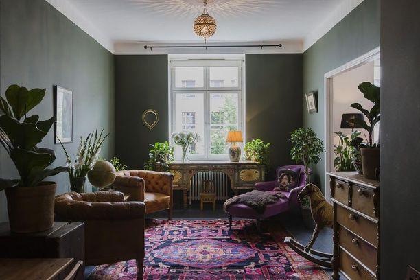 Runsas, täyteläinen ja tumma sisustus sopii etenkin vanhojen huonekalujen seuraksi.
