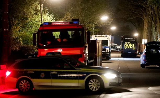 Saksan poliisi tutkii Dortmundin pommi-iskua.