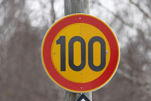 Alennettujen turvanopeuksien taustalla on tieliikenteen järjestelmien päivitystyöt. Kuvituskuva.