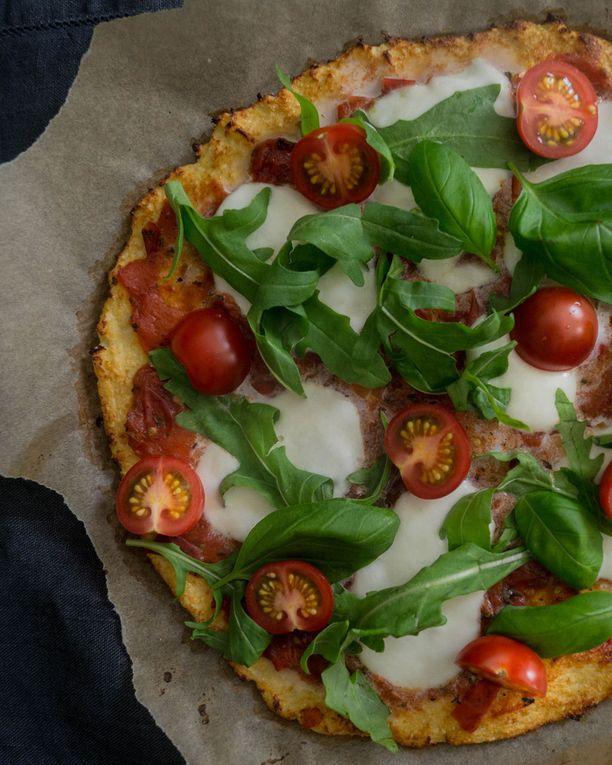 Lohko pizzan päälle runsaasti kirsikkatomaatteja.