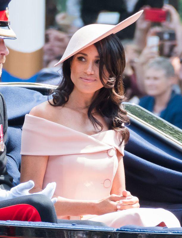 Trooping the Colour -juhlaparaatissa herttuatar edusti vaaleanpunaisessa Carolina Herreran asussa.