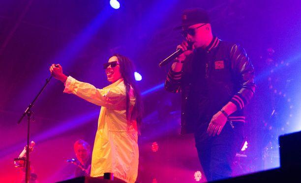 Sannin keikka sai yllätyskäänteen, kun aiemmin toisella lavalla esiintynyt Pikku G nousi lavalle feattaamaan Pojat-biisiin.