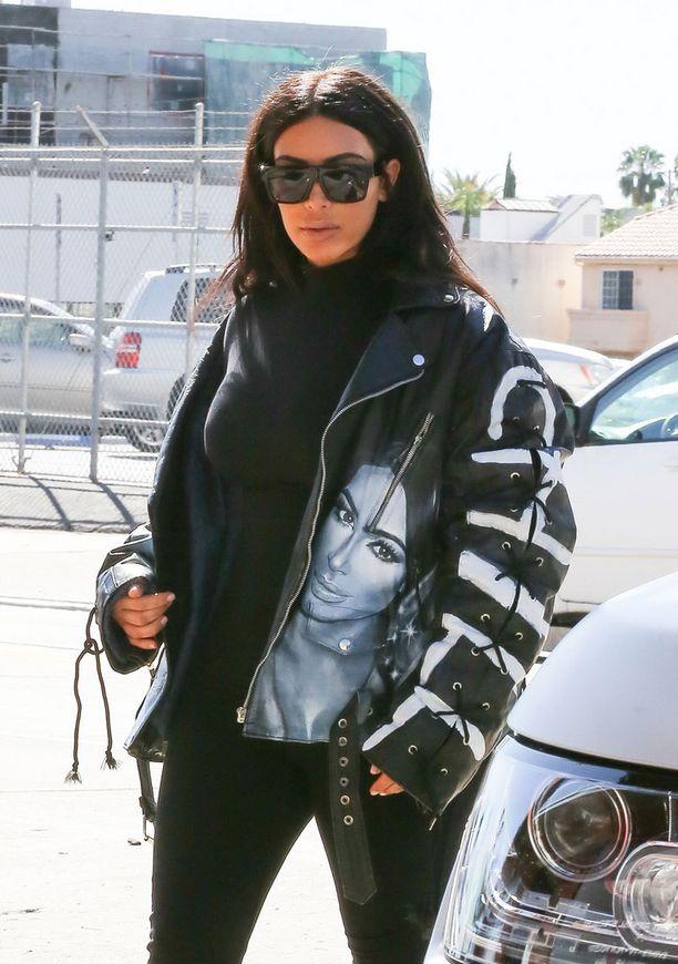 Kim Kardashian yhdistää mustan poolon nahkatakkiin.
