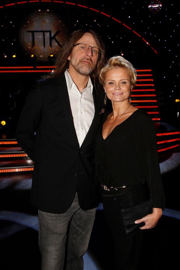 Hanna Karttunen on esiintynyt myös Suomen TTK:ssä, tosin vain vierailevana tanssijana. Hän on tuttu näky miehensä Jone Nikulan vieressä.