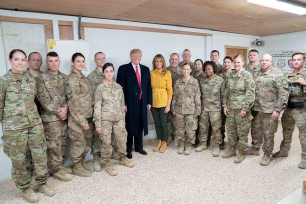 Donald ja Melania Trump Irakissa olevien amerikkalaisjoukkojen kanssa.