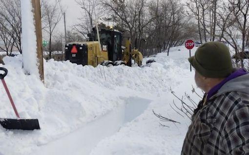 Miehen epäuskoinen ilme kertoo kaiken: Aura puski lumikuorman juuri puhdistetulle jalkakäytävälle Yhdysvalloissa
