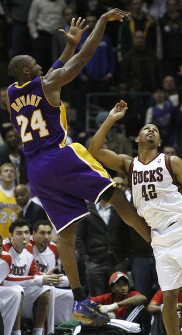 Sinne uppoaa. Milwaukeen Charlie Bell ei voi kuin ihailla Kobe Bryantin voittokoria.