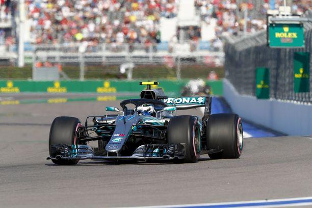 Valtteri Bottas joutui päästämään Lewis Hamiltonin edelleen.