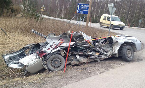 Poliisin mukaan kuorma-auto ajoi suoraan Siuntion suunnasta Lapinkylän suuntaan, kun se törmäsi ajosuunnassaan vasemmalle kääntyneeseen henkilöautoon.
