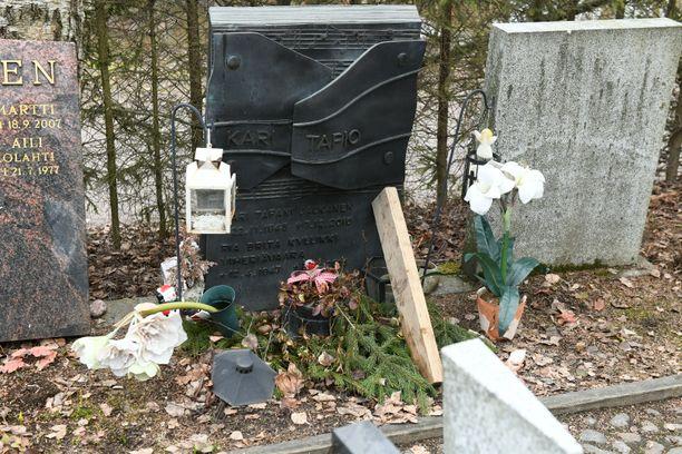 Hautakiven ylälinjasta näkyy, kuinka kivi on heilahtanut eteenpäin.