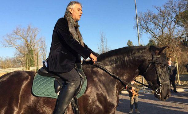 Andrean kasvoilta voi nähdä, kuinka hän nauttii ratsastuksen tuomasta vapauden tunteesta.