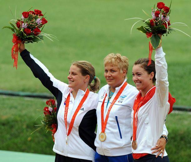 Satu Mäkelä-Nummela juhli olympiakultaa Pekingissä 2008. Vasemmalla hopeamitalisti Zuzana Štefečeková (Slovakia), oikealla pronssimitalisti Corey Cogdell (Yhdysvallat).